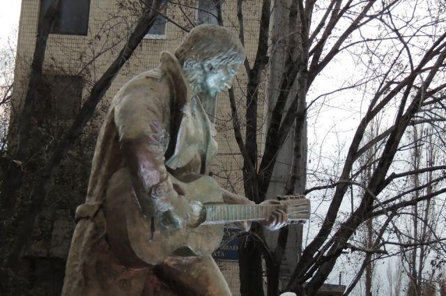 Чаще всего на памятниках Высоцкого изображают с гитарой.
