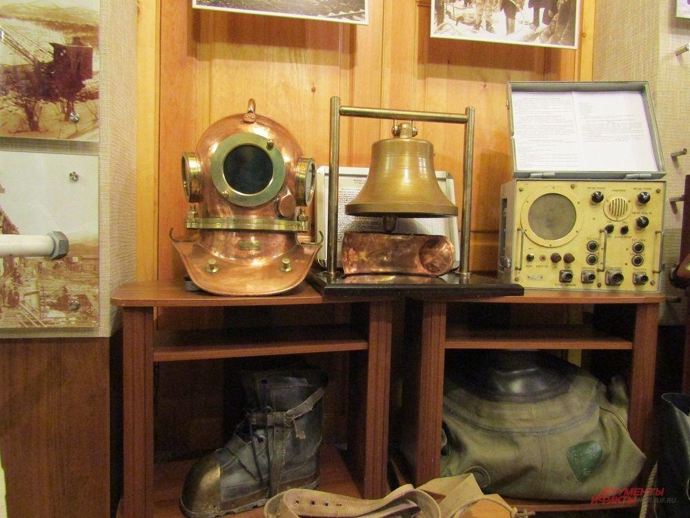 В музее истории Амурского моста хранится водолазное оборудование, применявшееся при возведении опор