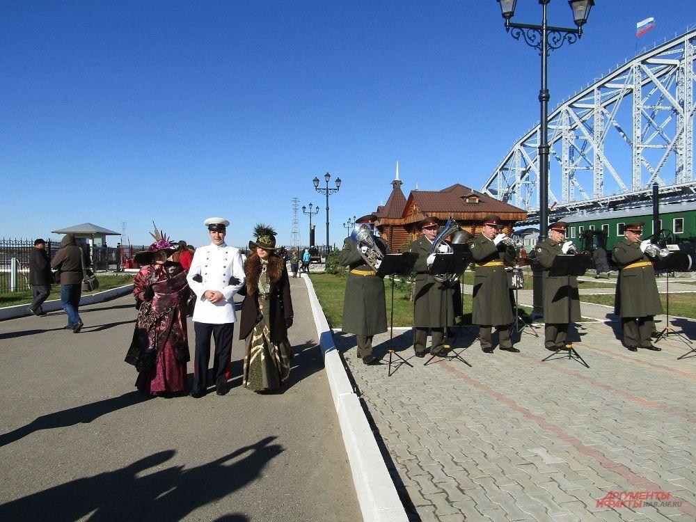 Военный оркестр, дамы в кринолинах и господа офицеры погружали зрителей в атмосферу 1916 года