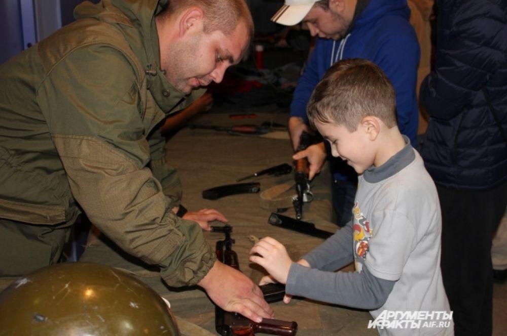 Рядом можно было сдать нормы ГТО. Представители ДОСААФ научили желающих собирать и разбирать оружие.