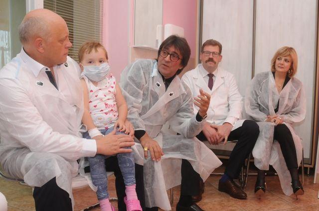 А глава региона вручит больным детям 3D-телевизор.