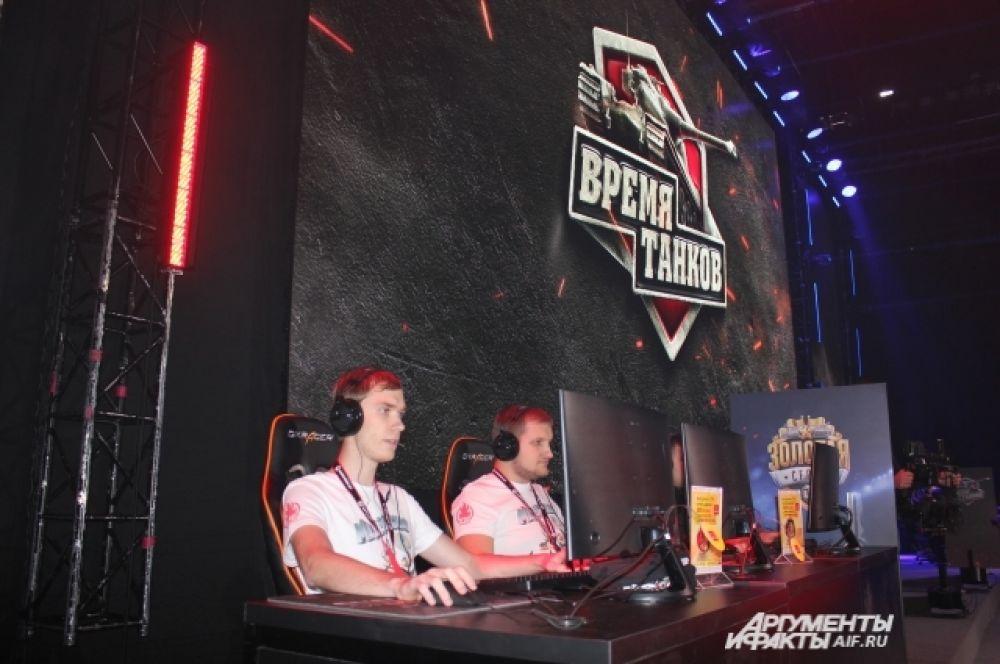 Киберспортсмены вели бои не на жизнь, а на смерть – до четырёх побед. Команды сидели за компьютерами прямо на сцене.