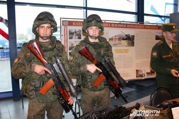 Соревнования проходили при поддержке Минобороны РФ. В фойе гости могли видеть будущих танкистов, студентов Казанского высшего военного командного училища. Они представили выставку военного обмундирования и оружия.