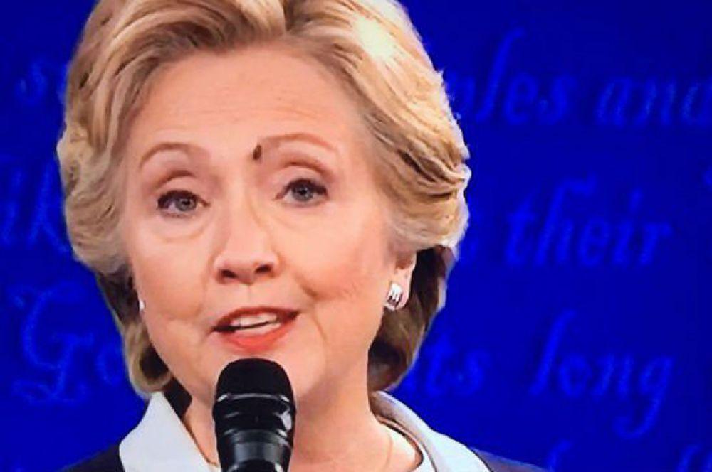 Пользователи сети даже создали для «мухи Хиллари Клинтон» несколько специальных аккаунтов в Twitter.