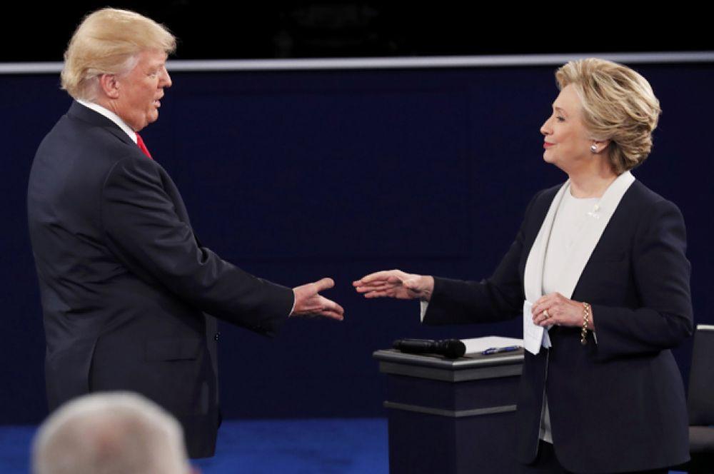 Дональд Трамп и Хиллари Клинтон перед началом теледебатов.