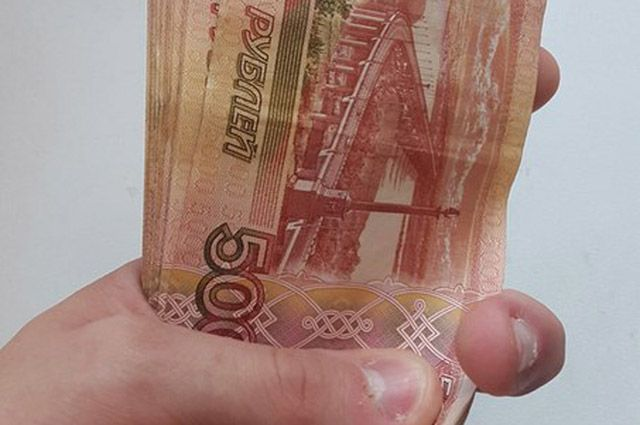 Мужчина демонстративно достал  крупную пачку денег перед преступниками.