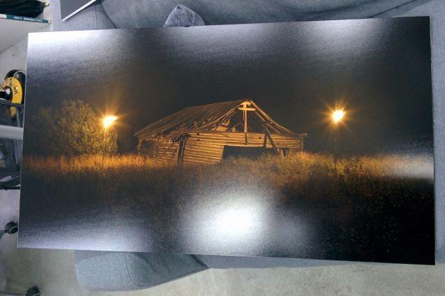 Владимир фотографирует совершенно разные здания. От одних остался только остов, другие только начали увядать.