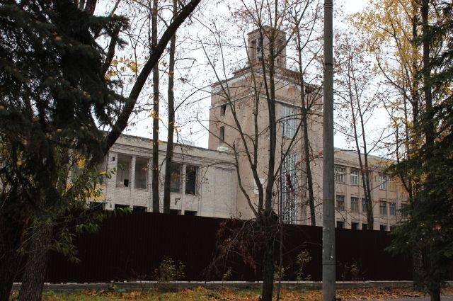 Завод вГусь-Хрустальном, где погибла девочка, обнесли высоким забором