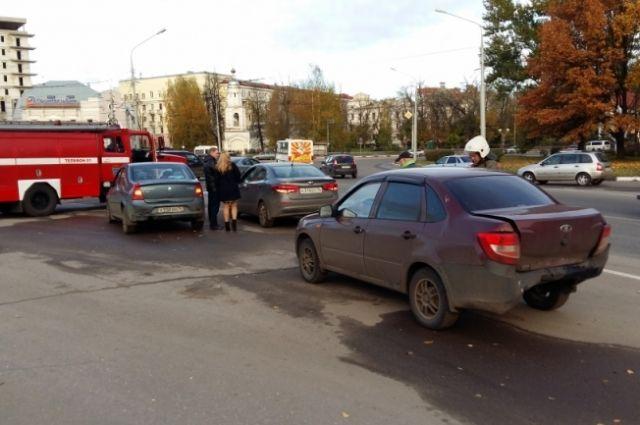 НаОктябрьской площади вЯрославле столкнулись 4 автомобиля