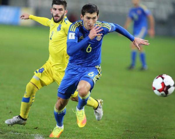 Тарас Степаненко отдавал неплохие передачи и боролся за мяч