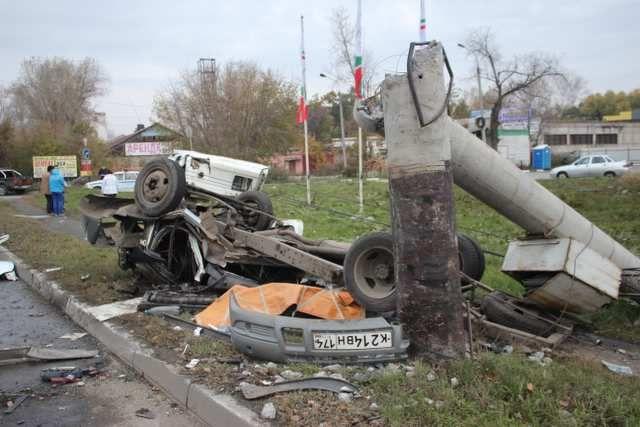 Столб сломался от удара скорой.