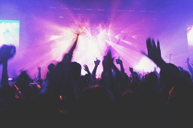 Музыка, доносящая из бара по ночам, мешает спать жителям окрестных домов.