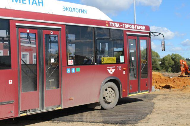 ВОмске КамАЗ разворотил прицепом пассажирский автобус