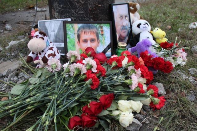 К месту гибели Влада Исламова и Сергея Федерегина коллеги и горожане принесли цветы.