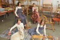 У юных ткачих появились и свои любимые песни для работы и посиделки с домашней выпечкой.
