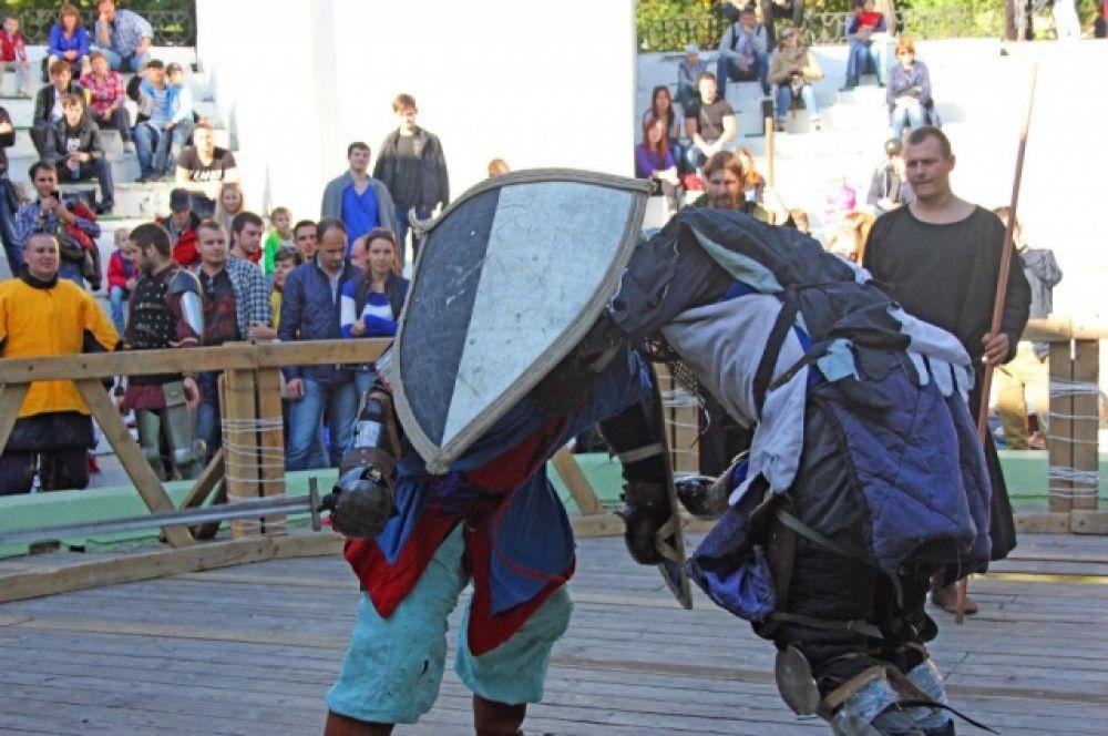 участники турнира выступали с настоящим стальным оружием.