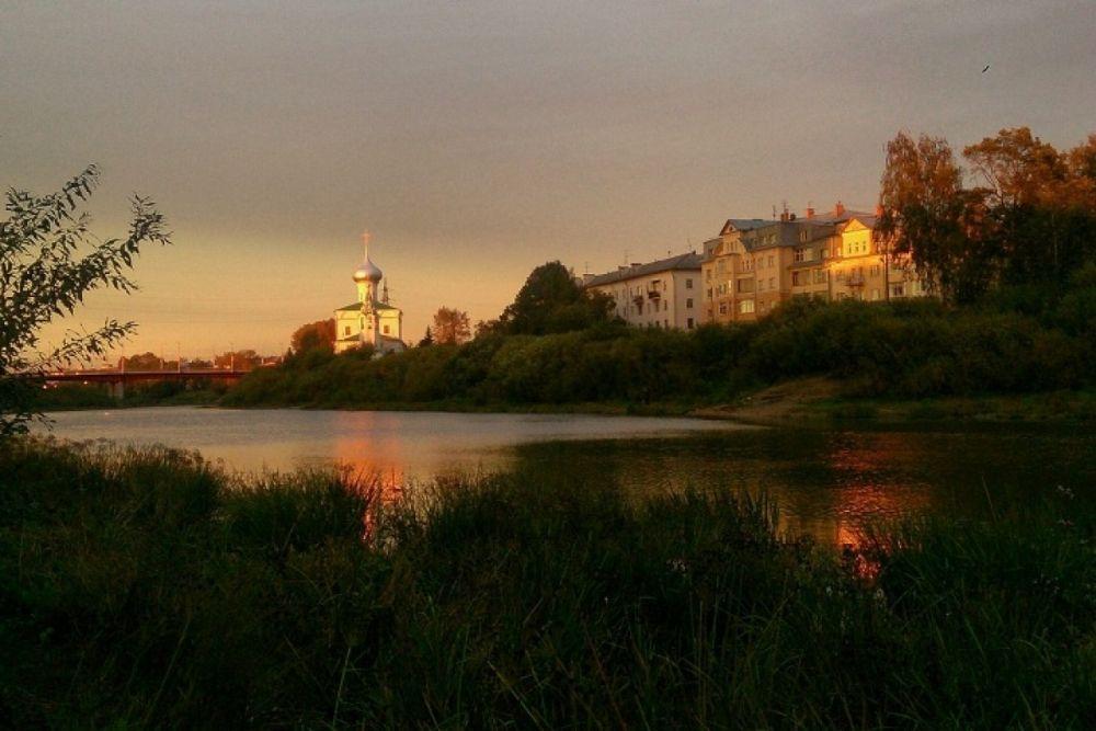 Осенние закаты на реке Вологда всегда притягивают внимание фотографов.