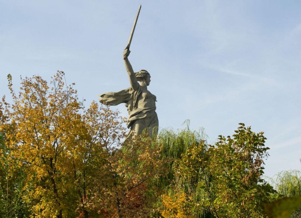 Несмотря на скорое понижение температуры, пейзажи в городе еще очень живописные -  на улицах и в парках Волгограда можно застать настоящую «золотую осень».