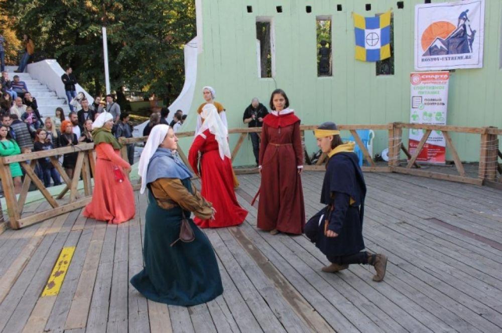 Женщины - участницы турнира, в костюмах разных эпох устраивали танцы и мастер-класс для зрителей.