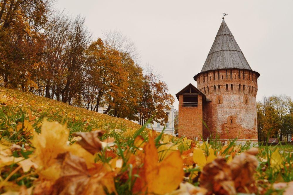 В Смоленске уже всё усыпано желтыми листьями, и жители города спешат запечатлеть яркие пейзажи.