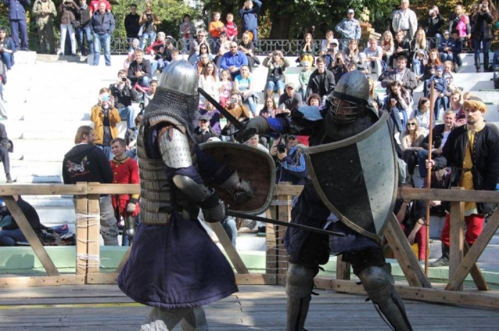 Реконструкторы военно- исторических клубов соревновались в двух номинациях – турнир «Щит и Меч», когда бойцы баются один на один, и бои по версии «HMB» (Historical Medieval Battle) (три против трёх).