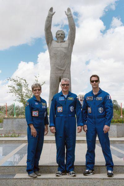 А это памятник Юрию Гагарину, установленный в казахстанском городе Байконур рядом со зданием горадминистрации. Именем Гагарина здесь также названа улица, по которой космонавты въезжают в город из аэропорта.