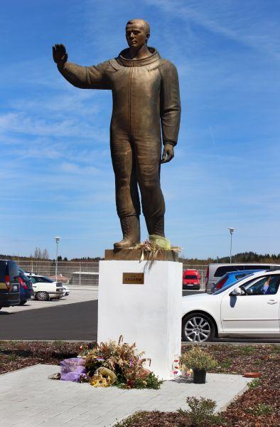 В Карловых Варах Гагарин встречает всех прибывающих прямо в аэропорту. Памятник считается первым монументом Юрию Гагарину, который был установлен за рубежом.