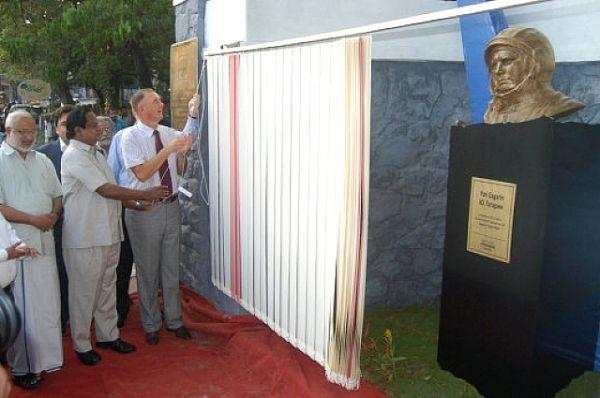 Памятник первому космонавту планеты открыли в Индии в 2011 году. Монумент установлен на территории Российского центра науки и культуры в городе Тривандрум.