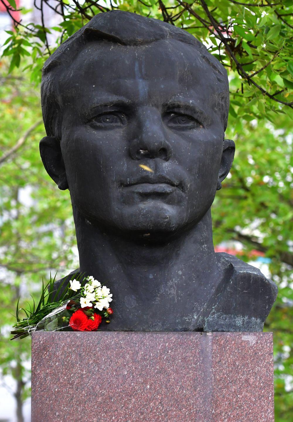 Памятник Гагарину есть и в немецком городе Эрфут, где, после визита космонавта в 1963 году, его именем также назвали одну из улиц.