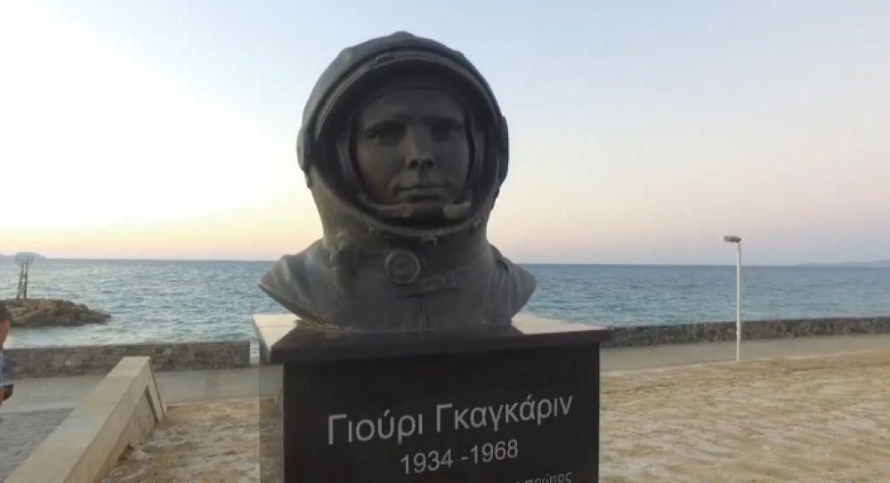 Памятник Юрию Гагарину в Греции открыли в городе Ираклион. На церемонии присутствовали российские космонавты Олег Скрипочка и Алексей Овчинин.