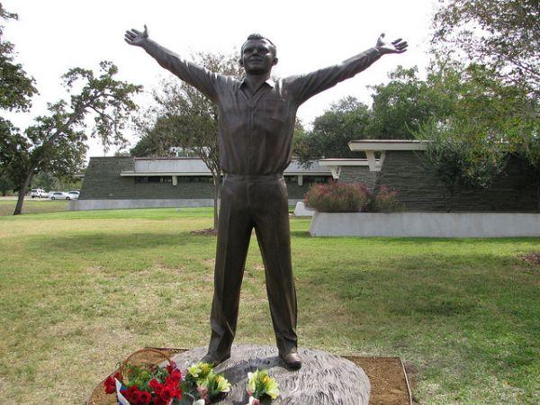 Памятник Гагарину в американском Хьюстоне установлен возле бывшей штаб-квартиры НАСА. Монумент является копией того, что установлен у входа в музей истории космонавтики в Калуге.