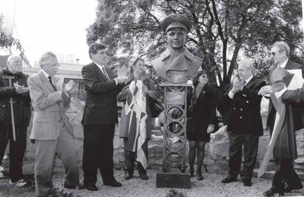 Памятник Гагарину есть даже в Уругвае. Монумент установили в 2000 году на одноименной площади в Монтевидео. Автором памятника стал Зураб Церетели. Бюст простоял недолго - его украли. После этого Церетели отлил для столицы Уругвая его точную копию.