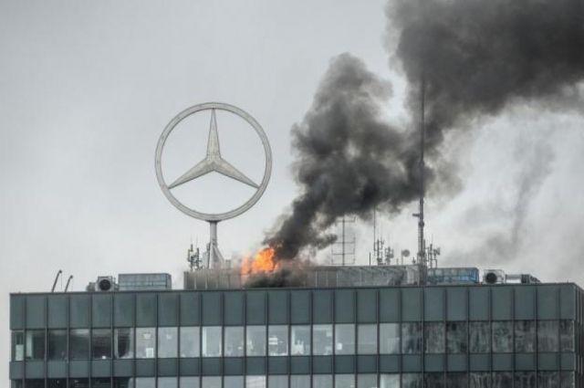 ВБерлине полыхает 21-этажная высотка Европа-Центра слоготипом Mercedes