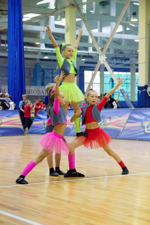 Номинация «чир» включает в себя акробатику, построение пирамиды и прыжки.