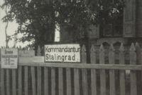 В этом доме на Чарджуйской, 59 когда-то располагалась комендатура Сталинград-Зюден. Здесь провели последние дни Мария Ускова и Александр Филиппов.