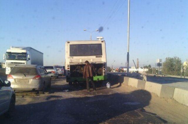 Сломанный автобус заблокировал движение авто напутепроводе вДзержинском районе Волгограда