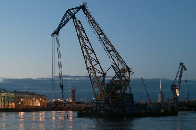 Корабли иавиация Черноморского флота ищут экипаж затонувшего вКрыму крана