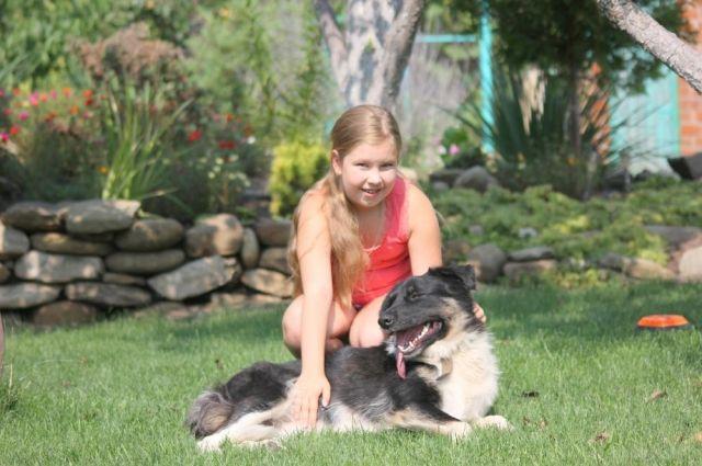 Лора отлично ладит со всеми членами семьи нового хозяина и обожает его внучку Арину.