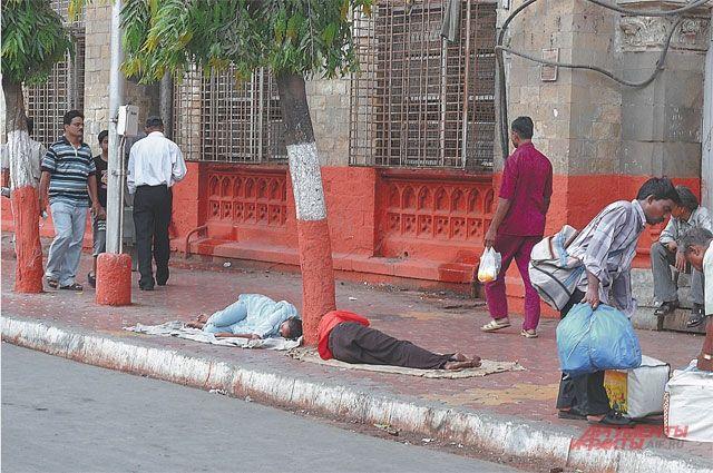 Спать, есть и жить прямо на улице здесь не считается зазорным.