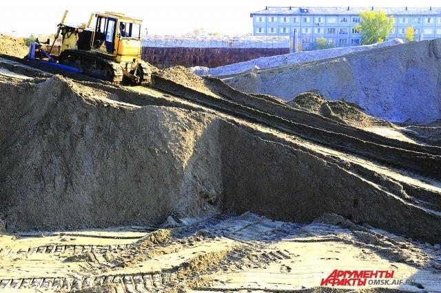 В такие огромные бурты складируется песко-соляная смесь.