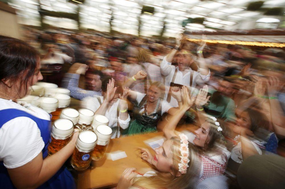 В 1892 году на Октоберфесте пиво впервые стали подавать в привычных сейчас стеклянных кружках.