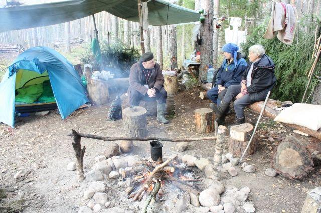 В этой палатке посреди леса старики живут днем и ночью