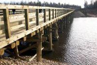 По деревянному мосту через реку невозможно проехать ни одной машине