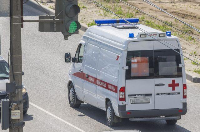 Автомобиль скорой помощи вылетел в кювет.