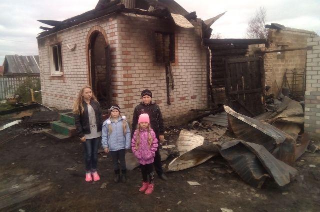 Анастасия (крайняя слева) со спасенными сестрами и братом.