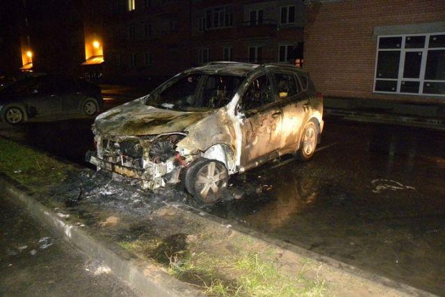 ВВологде облили бензином исожгли автомобиль «Toyota RAV 4»
