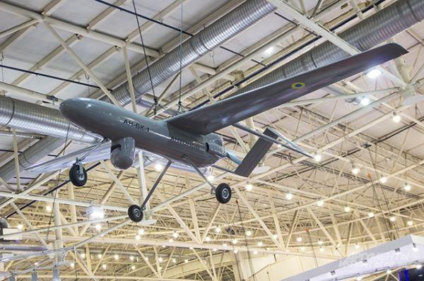 ДП «Антонов» показали на выставке свою разработку беспилотного авиационного комплекса «Горлица» . Летает такой комплекс на высоту 5 км со скоростью 230 км\ч. Этот аппарат тоже считался на выставке сенсационным открытием