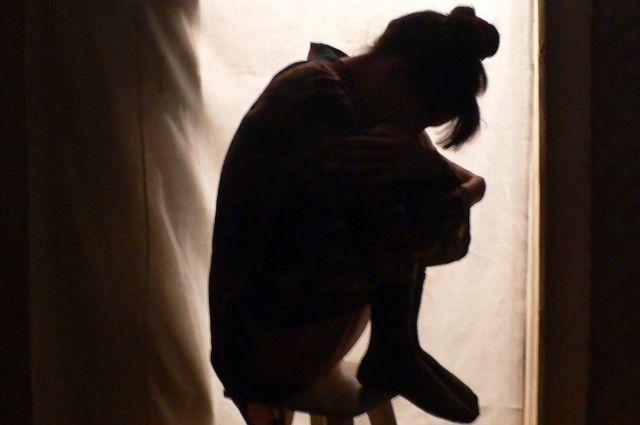 Мужчина подозревается в изнасиловании несовершеннолетней девочки.