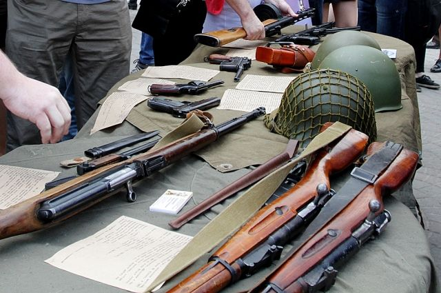 Мужчину осудили за торговлю автоматами и другим оружием, он признал свою вину.