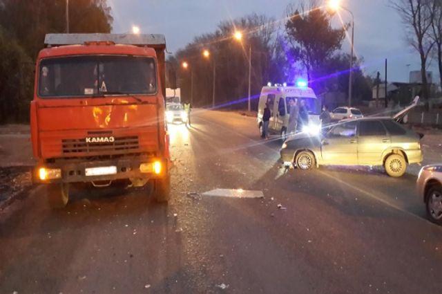 Под Рязанью столкнулись Mercedes и«КамАЗ», пострадал один человек